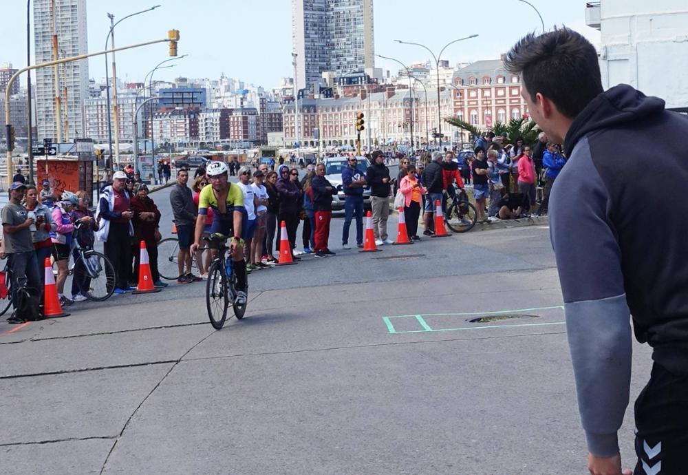 Triathlon als Familiensache: Wolfgang Weinmann auf der Radstrecke beim Ironman im argentinischen Mar del Plata, wo er sich für die WM qualifiziert hat. Rechts vorn sein Sohn Timo, der ihm am Wendepunkt zuruft, auf welcher Position er sich im Rennen gerade befindet. Weinmann belegte in seiner Klasse den dritten Platz.